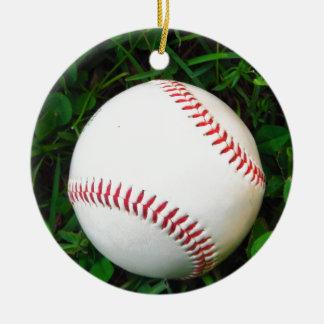 Béisbol blanco con la costura roja adorno navideño redondo de cerámica