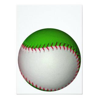 """Béisbol blanco y verde invitación 5.5"""" x 7.5"""""""
