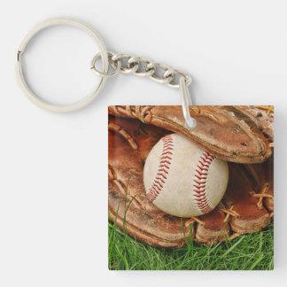 Béisbol con un mitón viejo llavero cuadrado acrílico a una cara