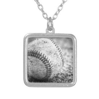 Béisbol en blanco y negro collar plateado