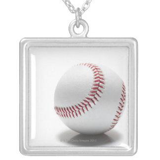 Béisbol en el fondo blanco colgante cuadrado