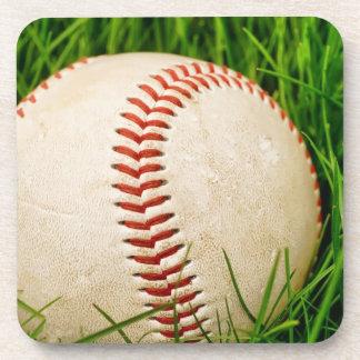 Béisbol en la hierba posavasos de bebidas