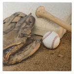 Béisbol, mitón, y palo en base azulejo cuadrado grande