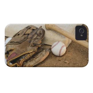Béisbol, mitón, y palo en base iPhone 4 Case-Mate coberturas