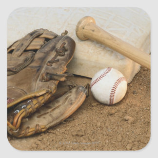 Béisbol, mitón, y palo en base pegatina cuadrada