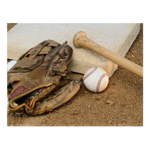 Béisbol, mitón, y palo en base postal