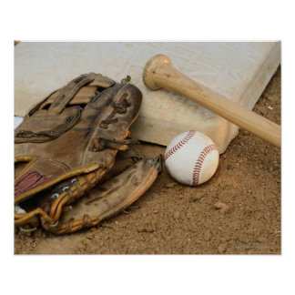 Béisbol, mitón, y palo en base póster