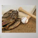 Béisbol, mitón, y palo en base posters