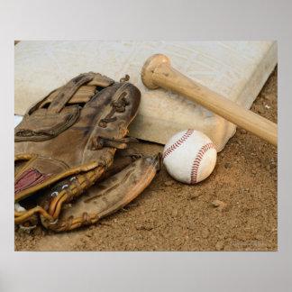 Béisbol mitón y palo en base posters