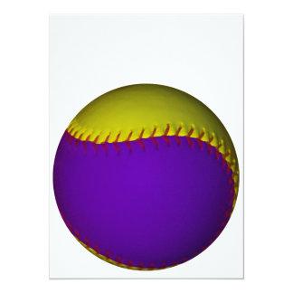 """Béisbol púrpura y amarillo invitación 5.5"""" x 7.5"""""""