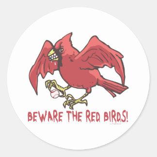 Béisbol rojo del pájaro por los estudios de Mudge Pegatina Redonda