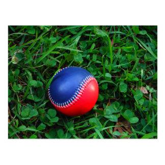 Béisbol rojo y azul con la costura blanca postal