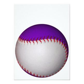 "Béisbol/softball blancos y púrpuras invitación 5.5"" x 7.5"""