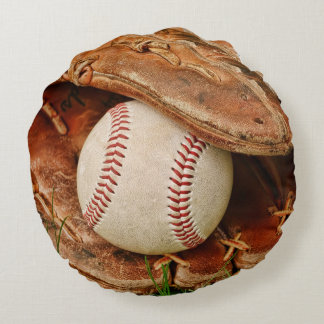 Béisbol y mitón viejo en la hierba del verano cojín redondo