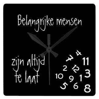 Belangrijke mensen zijn altijd laat square wall clock