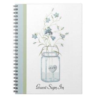 Belces azules en un cuaderno de la huésped del bod