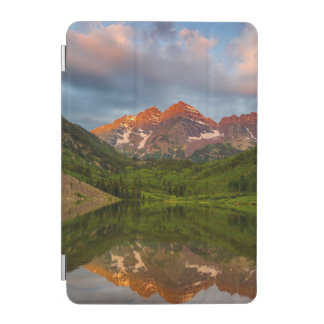 Belces marrón reflejan en el lago marrón tranquilo cover de iPad mini