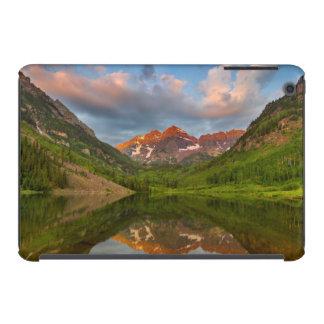Belces marrón reflejan en el lago marrón tranquilo funda de iPad mini