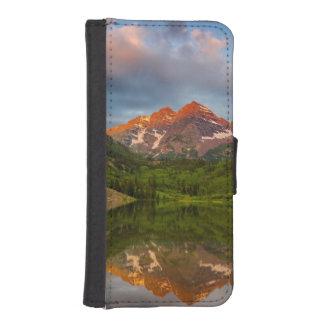 Belces marrón reflejan en el lago marrón tranquilo funda billetera para teléfono