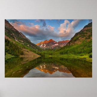 Belces marrón reflejan en el lago marrón tranquilo póster