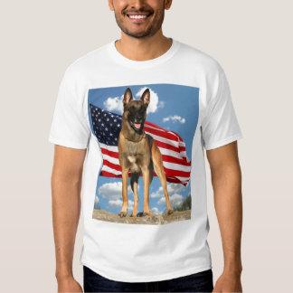 Belga Malinois con la camiseta de la bandera Playeras