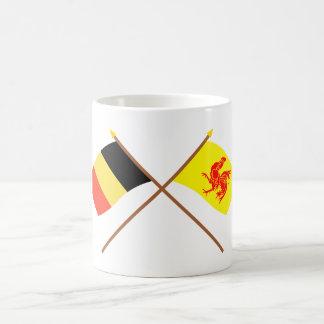 Bélgica cruzada y banderas valonas de la región taza básica blanca