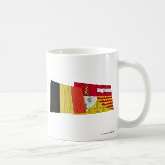 Bélgica y banderas que agitan de Liège Taza Básica Blanca