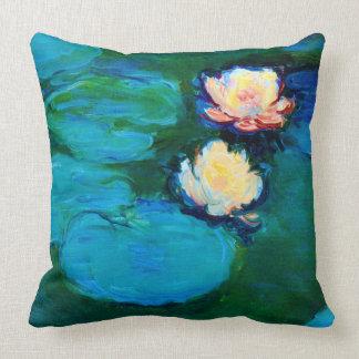Bella arte de Claude Monet de dos de agua flores Cojín