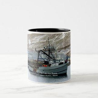 Belleza Aleutian, barco del cangrejo en el puerto  Taza Dos Tonos