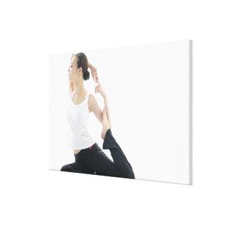 belleza de la mujer joven, yoga 2 lona estirada galerias