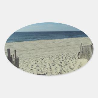 Belleza de la playa pegatina ovalada
