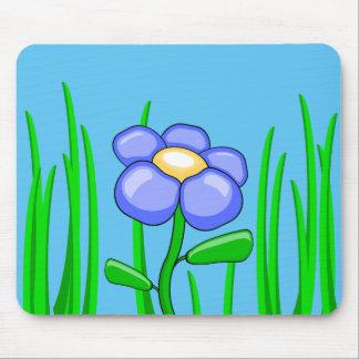 Belleza entre el mousepad de la hierba