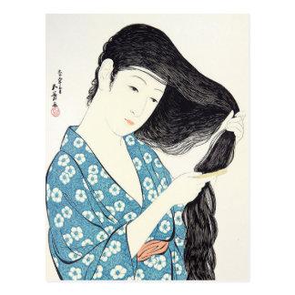 Belleza japonesa que se peina el pelo postal