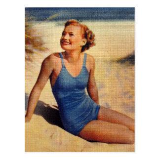 Belleza retra del bañador de los años 40 de las postales
