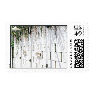 Belleza temática, un muro de cemento con el Nai de Sello Postal