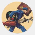 Bellhop del vintage en equipaje uniforme y que lle pegatinas