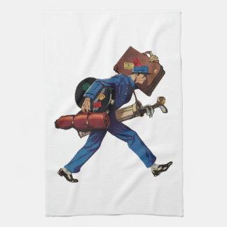 Bellhop del vintage en equipaje uniforme y que toallas