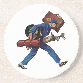 Bellhop del vintage en equipaje uniforme y que posavasos cerveza