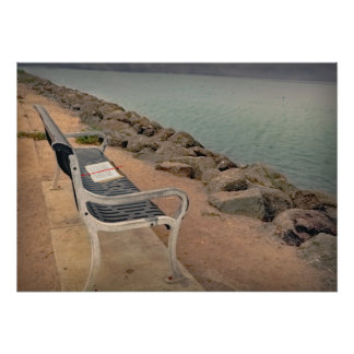 Bench con un libro, por el agua, cartel póster