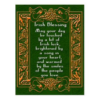 Bendición irlandesa con la fuente y el fondo célti tarjetas postales
