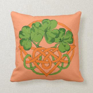 bendición irlandesa del boda y cesta del trébol almohada