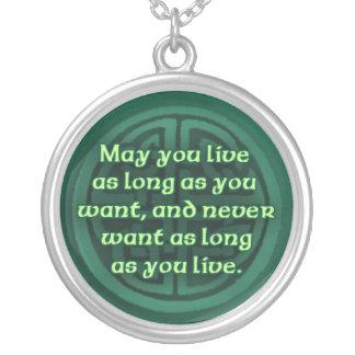 Bendición irlandesa en un collar de plata