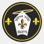 Bendígale emblema de los muchachos pegatina redonda