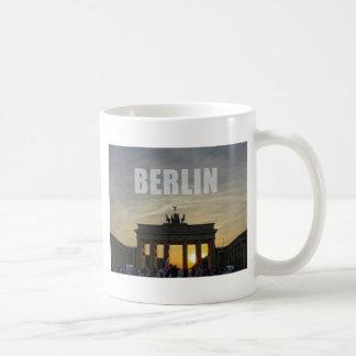 BERLÍN, puesta del sol en la puerta de Brandeburgo Taza Básica Blanca
