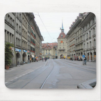 Berna - calle con arcadas con las líneas de la tra alfombrilla de raton
