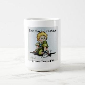 Bert el Leprechaun ama la taza de café de Equipo-F