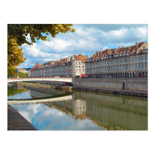Besançon a lo largo del riverbank postales