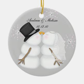Besando a los muñecos de nieve casó nuestro primer adorno navideño redondo de cerámica