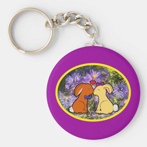 Besar conejitos en flores púrpuras llavero