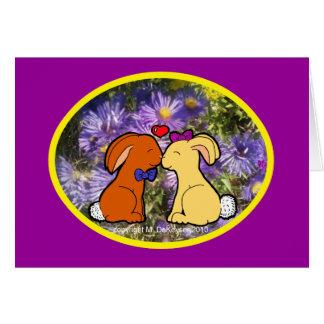 Besar conejitos en flores púrpuras tarjetón